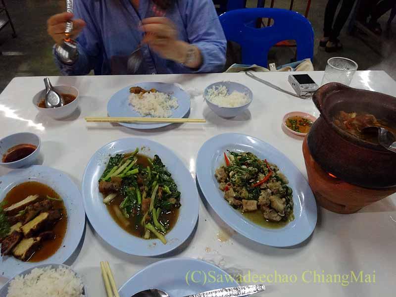 タイのプレーにある中華タイ食堂ソットチューンポーチャナーの料理概観