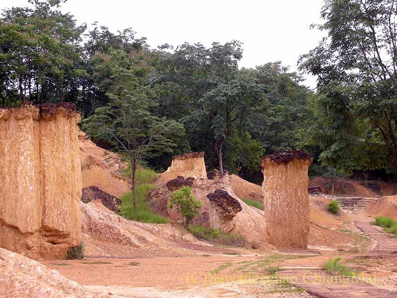 タイのプレー郊外にある奇岩群ペムアンピーの奇岩遠景