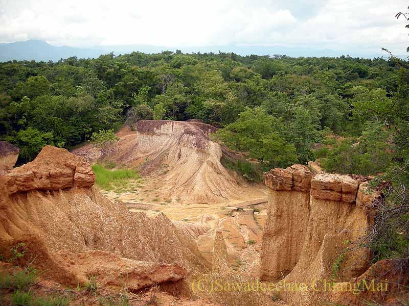 タイのプレー郊外にある奇岩群ペムアンピーの奇岩の上からの景観