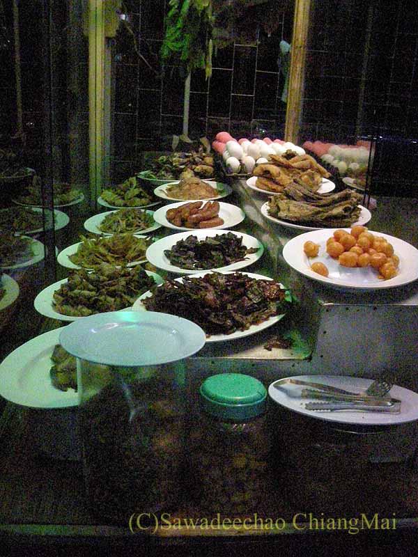 タイのプレーにある中華タイ食堂ソットチューンポーチャナーの看板