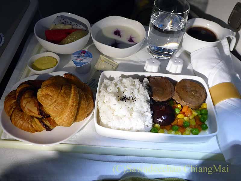 ベトナム航空VN300便成田行きのビジネスクラスで出た朝食全景