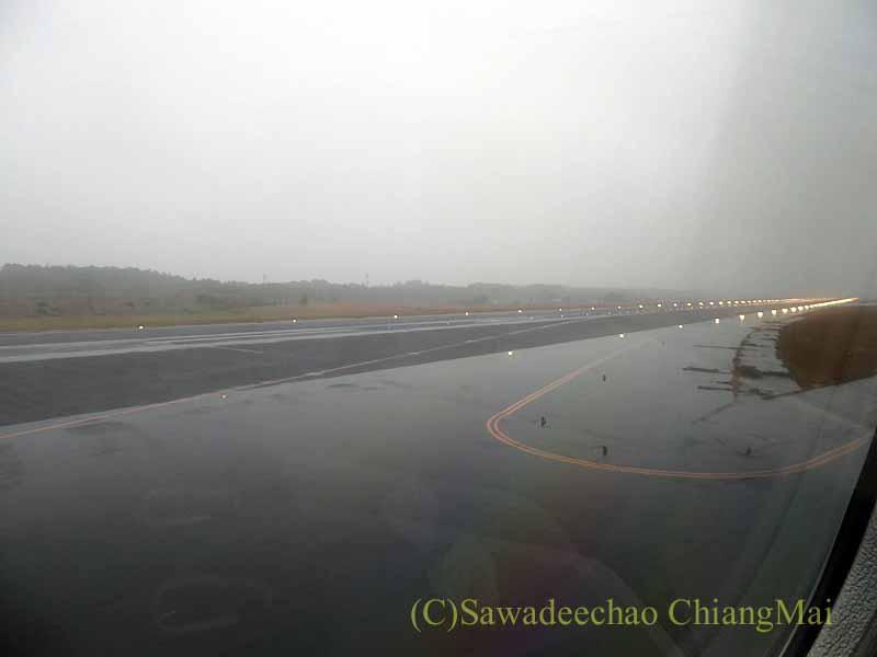 ベトナム航空VN300便成田行きから見た雨の成田空港滑走路