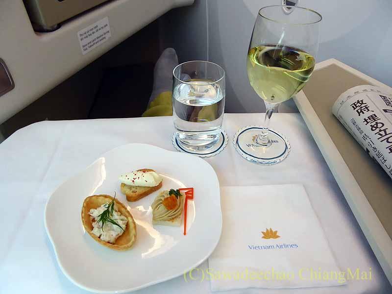 ベトナム航空VN301便ビジネスクラスで出た食前酒とアミューズブーシュ