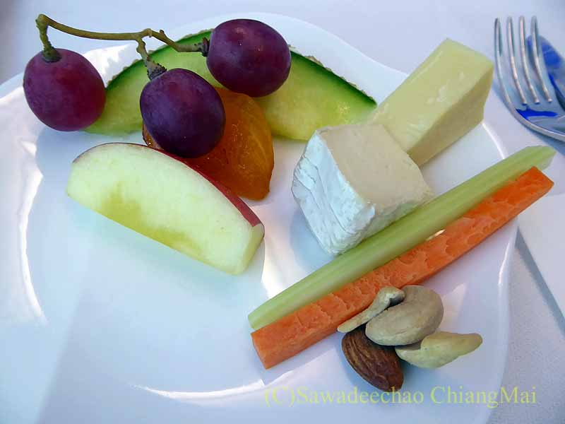 ベトナム航空VN301便ビジネスクラスで出たチーズとフルーツ