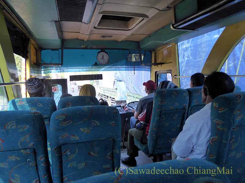 インドネシアのソロ(スラカルタ)からプランバナンへのバス車内