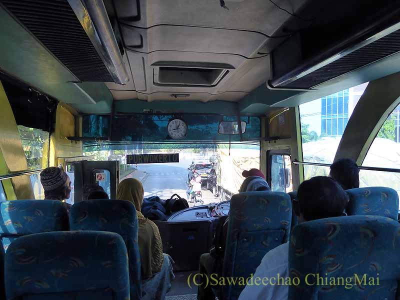 ソロ(スラカルタ)のからジョグジャカルタに向かうバスの車内