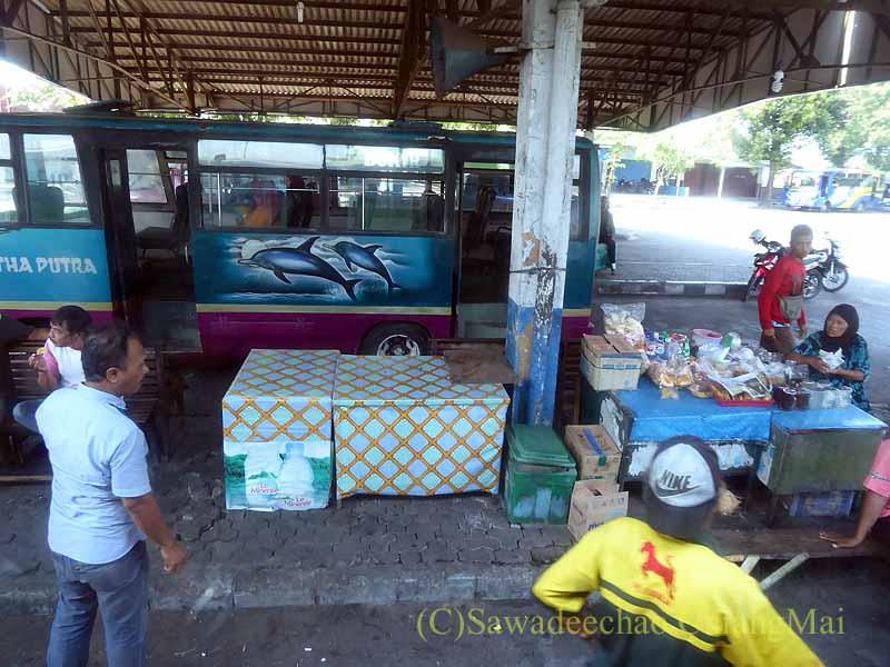 インドネシアのジャワ島中部の田舎街のバスターミナル