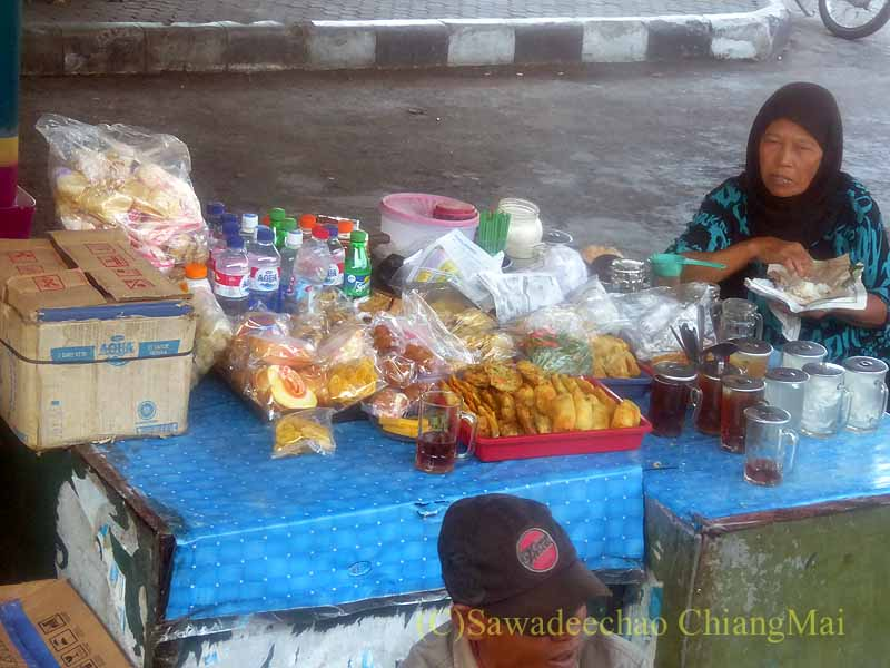 インドネシアのジャワ島中部の田舎街のバスターミナルの屋台