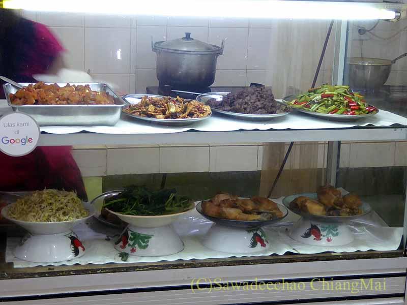ソロ(スラカルタ)のティルトナディバスターミナルの食堂のショーケース