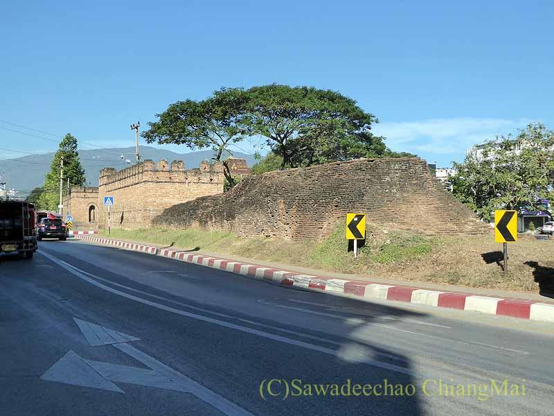 チェンマイの旧市街お濠沿いにあるチャーンプアック門概観
