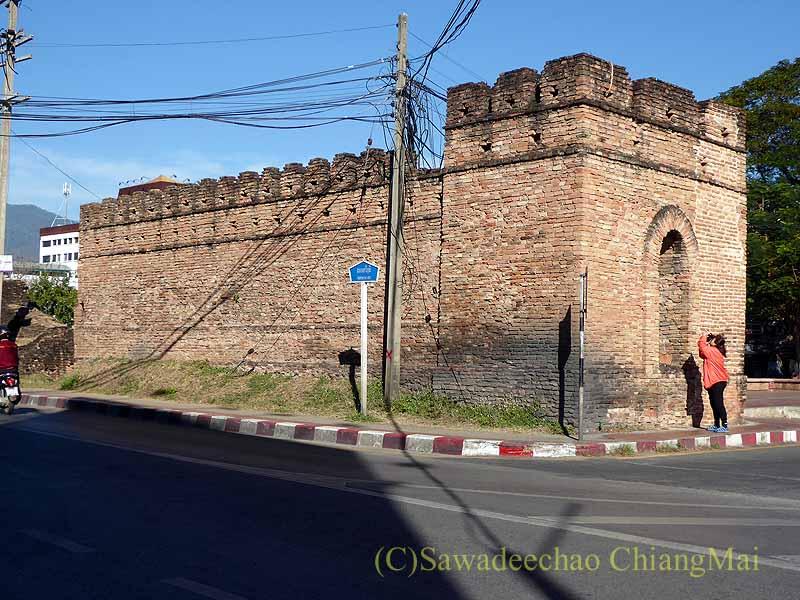 チェンマイの旧市街お濠沿いにあるチャーンプアック門の門柱