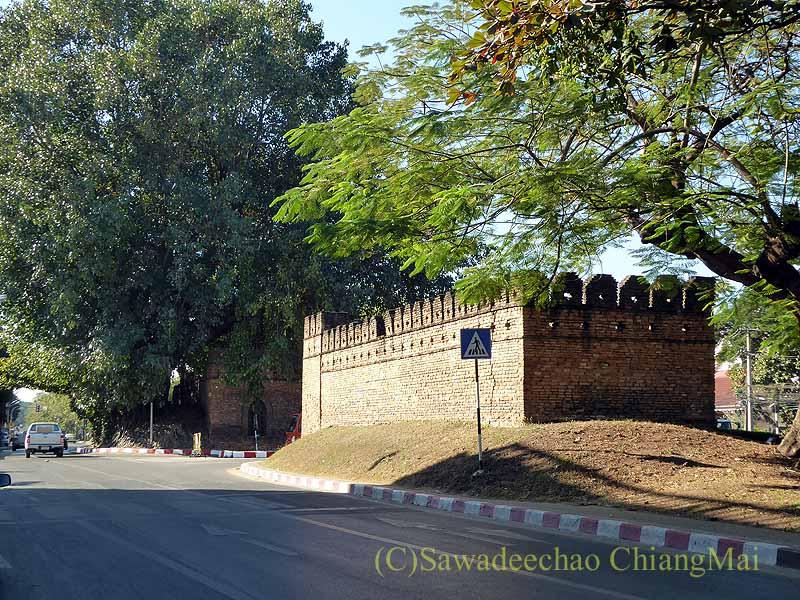 チェンマイの旧市街お濠沿いにあるスワンドーク門