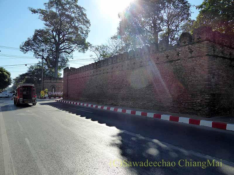 チェンマイの旧市街お濠沿いにあるスワンプルン門概観