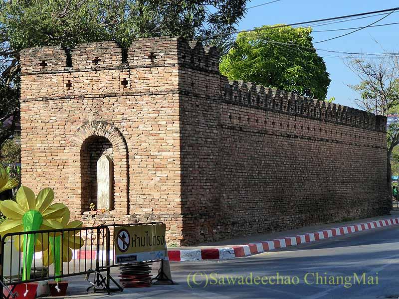 チェンマイの旧市街お濠沿いにあるスワンプルン門門柱