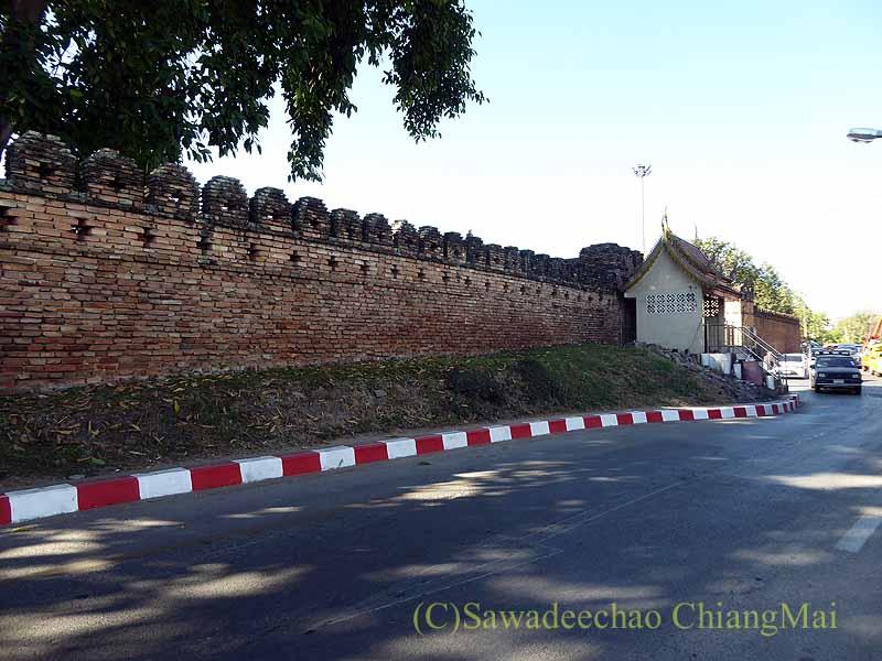チェンマイの旧市街お濠沿いにあるチェンマイ門