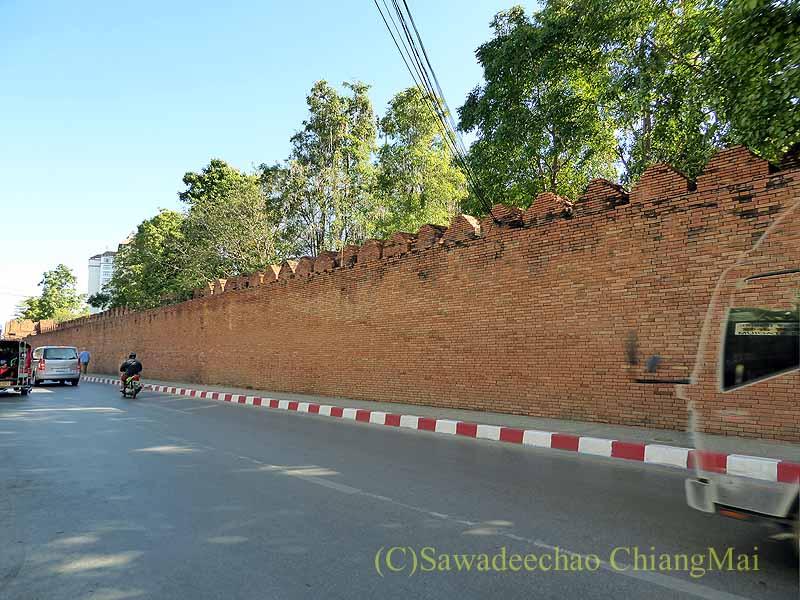 チェンマイの旧市街お濠沿いにあるターペー門脇の城壁