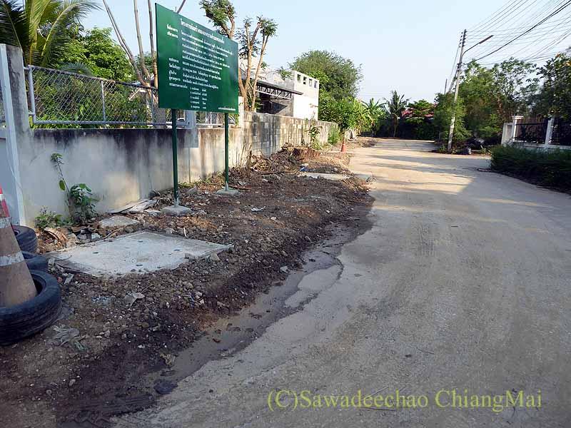 チェンマイの自宅の前から伸びる路地