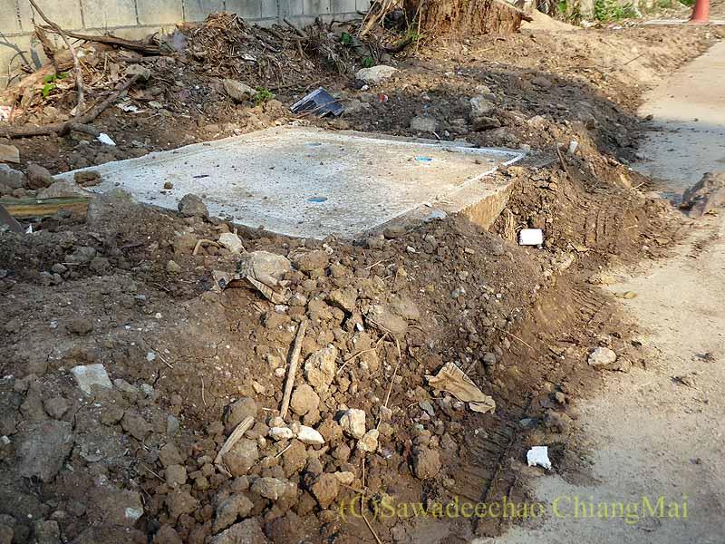 チェンマイの自宅の前から伸びる路地の下水溝