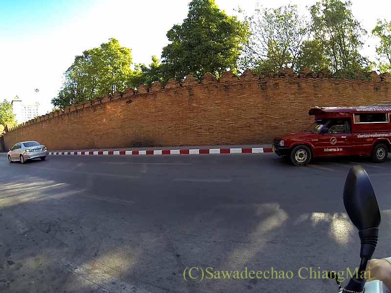 チェンマイのお濠沿いをスクーターにGoProをつけてドライブ