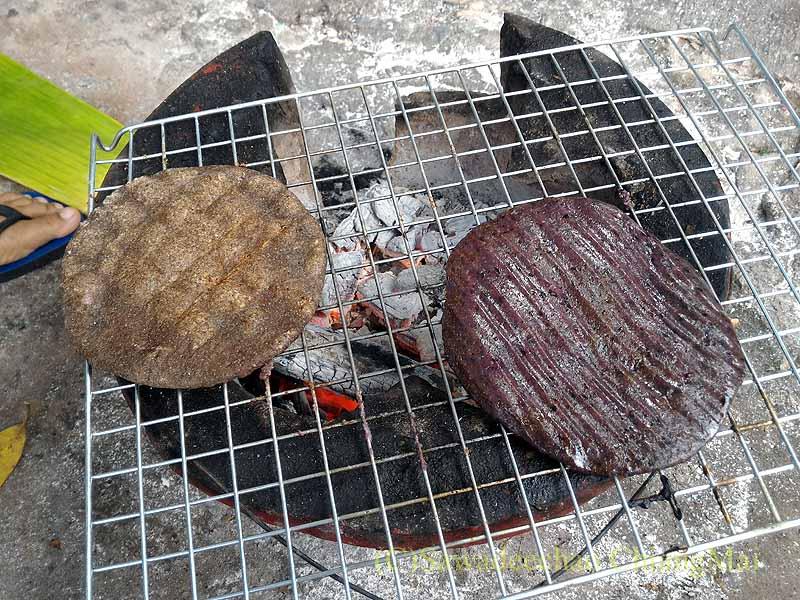 チェンマイのタイヤイ(シャン族)の家で餅を焼いている様子