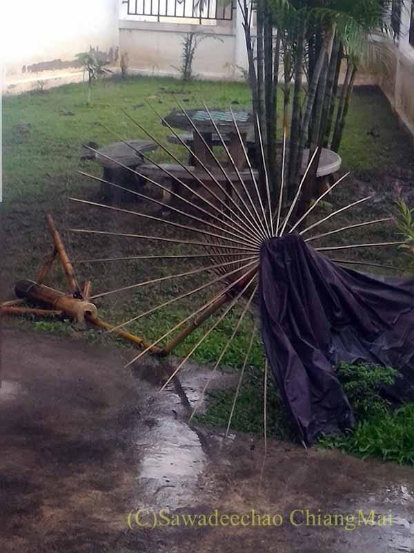 嵐で倒れたタイのチェンマイの自宅の駐車場の日よけ傘の骨