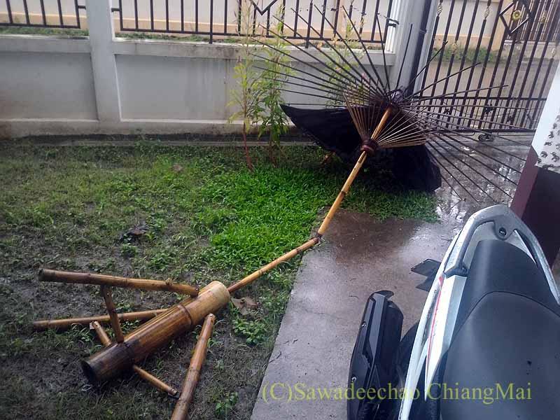 嵐で倒れたタイのチェンマイの自宅の駐車場の日よけ傘