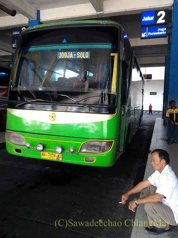 ソロ(スラカルタ)のからジョグジャカルタに向かうバス正面