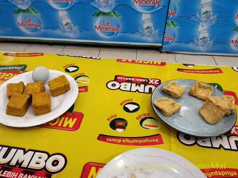 ソロ(スラカルタ)のティルトナディバスターミナルの食堂の厚揚げ