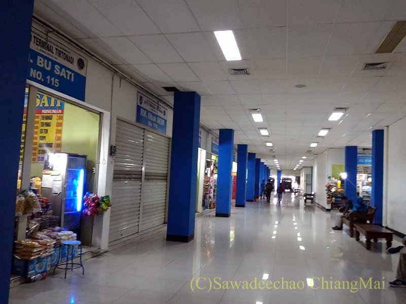 ソロ(スラカルタ)のティルトナディバスターミナルの商店街