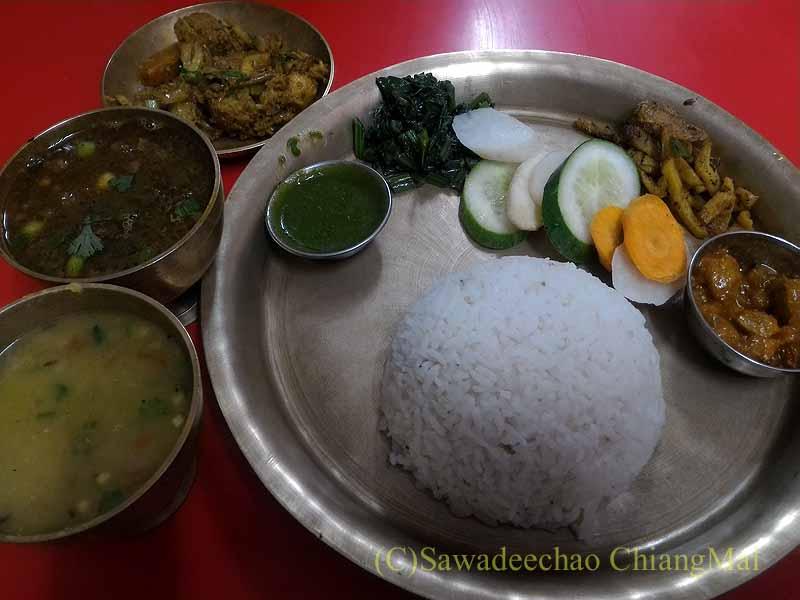 ネパールのカトマンズにあるダルバート食堂トリベニのダルバート