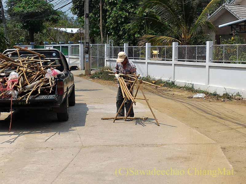 チェンマイの自宅の前の道路での下水溝工事の準備