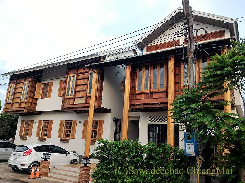 タイ北部の街ナーンにあるプーミンプレイスホテルの外観