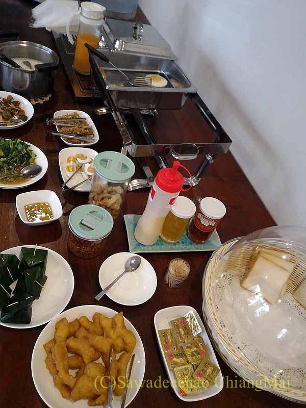 タイ北部の街ナーンにあるプーミンプレイスホテルの朝食概観