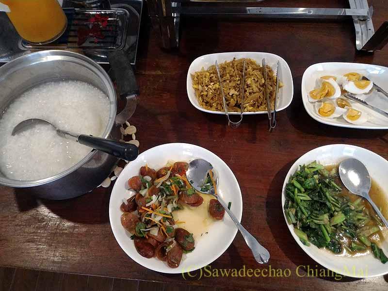 タイ北部の街ナーンにあるプーミンプレイスホテルの朝食のお粥類