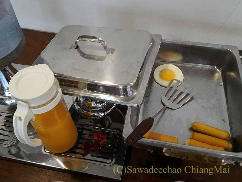 タイ北部の街ナーンにあるプーミンプレイスホテルの朝食の洋食