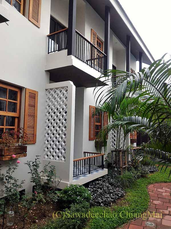 タイ北部の街ナーンにあるプーミンプレイスホテルの中庭と客室棟