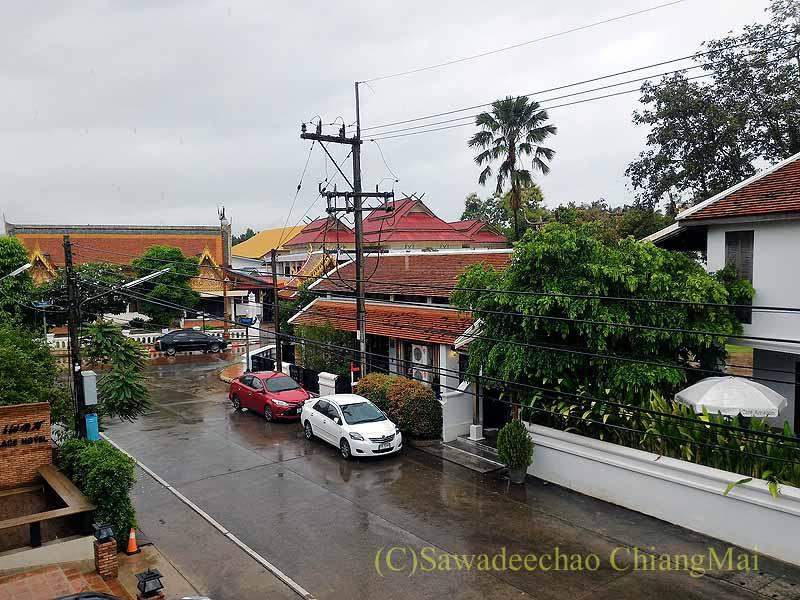 タイ北部の街ナーンにあるプーミンプレイスホテルの客室からの眺め