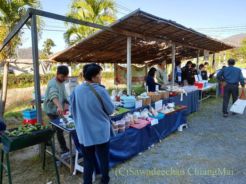 チェンマイ郊外のチェンマイ大学農学部土曜安全食品市の出店