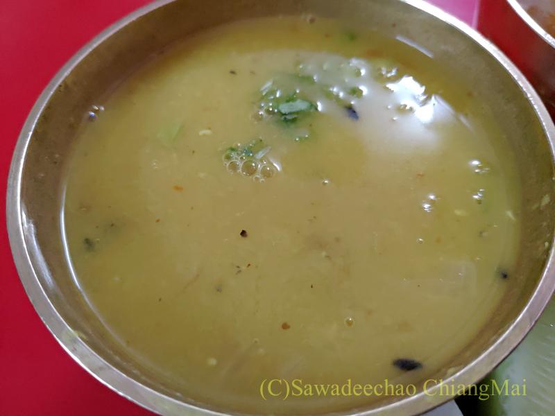 ネパールのカトマンズにあるダルバート食堂トリベニのダルスープ