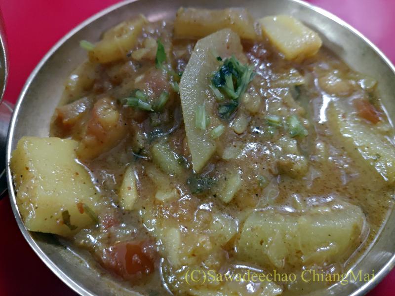 ネパールのカトマンズにあるダルバート食堂トリベニのじゃがいものカレー