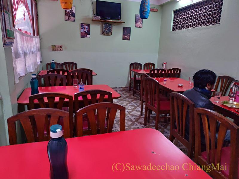 ネパールのカトマンズにあるダルバート食堂トリベニの店内