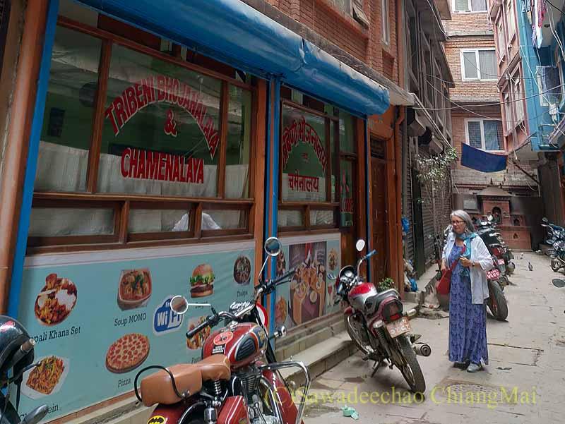 ネパールのカトマンズにあるダルバート(カレー定食)の店トリベニ