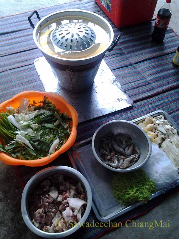 チェンマイのタイ人の家でのムーガタパーティーの準備