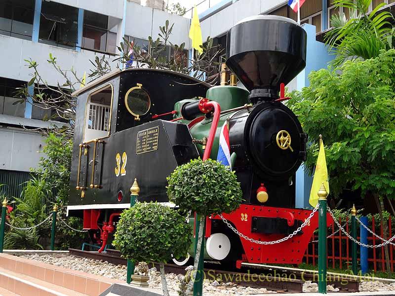 タイ南部の街ハジャイの鉄道駅の前の蒸気機関車概観
