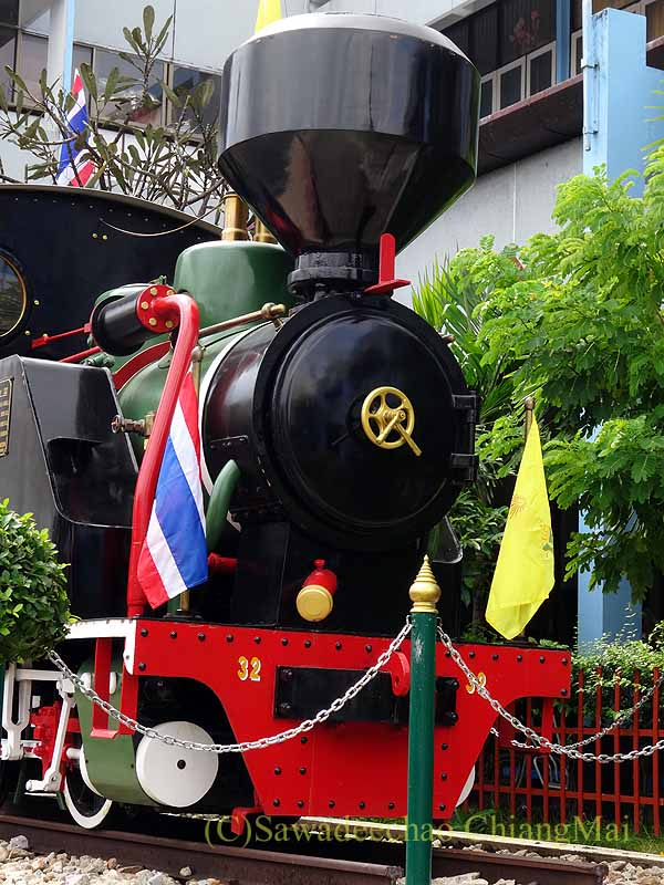 タイ南部の街ハジャイの鉄道駅の前の蒸気機関車の正面
