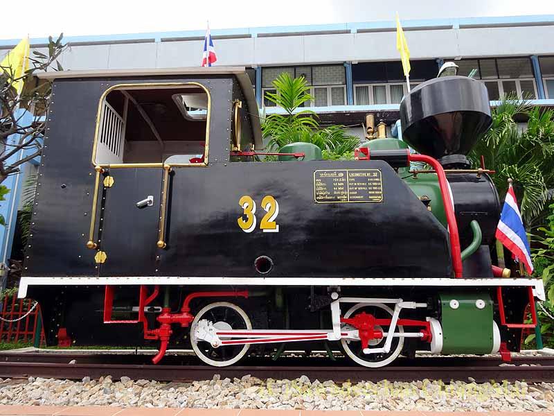 タイ南部の街ハジャイの鉄道駅の前の蒸気機関車側面