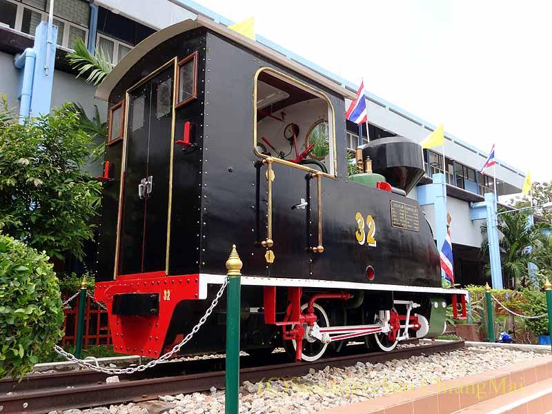 タイ南部の街ハジャイの鉄道駅の前の蒸気機関車の後ろ姿