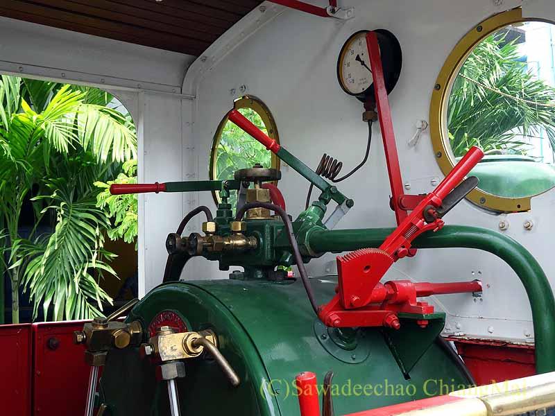 タイ南部の街ハジャイの鉄道駅の前の蒸気機関車の運転席