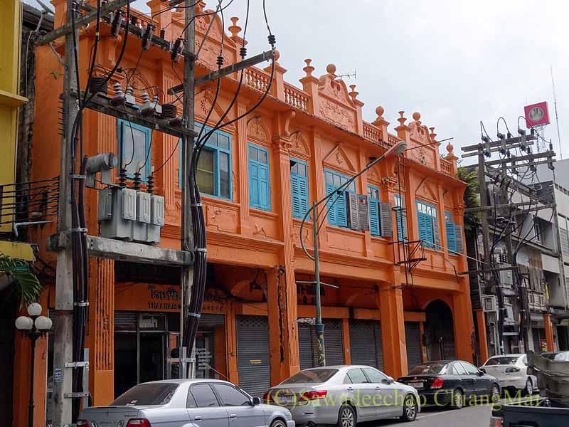 タイ南部の街ハジャイのオレンジ色の派手な建物群