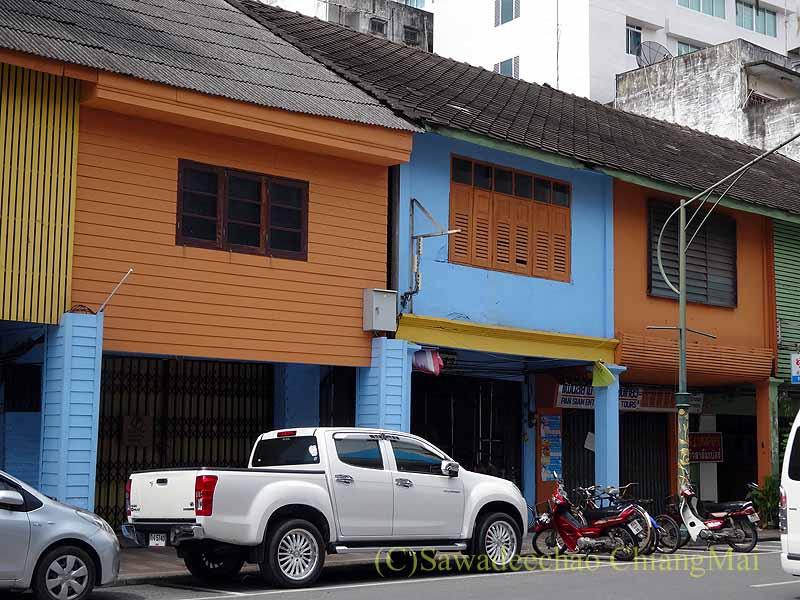 タイ南部の街ハジャイのカラフルでレトロな建物の列